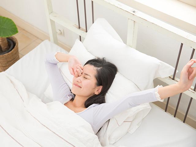 眠りに誘うホルモン<メラトニン>の分泌は、光の量や年齢によって変わる