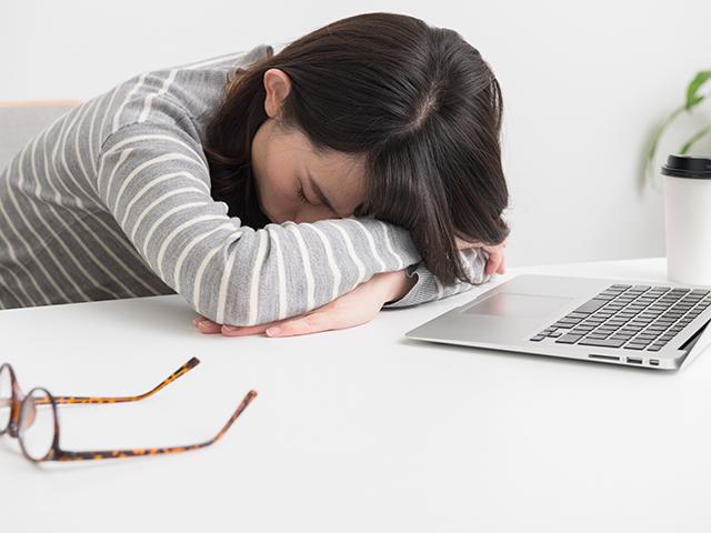 食後の眠気が気になる。そんな方にオススメの食事方法とは?